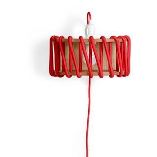 Červená nástenná lampa s drevenou konštrukciou EMKO Macaron, dĺžka 30 cm